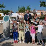 Suelta de palomas de manos de unos niños durante el acto de inauguración